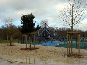 Plantations d'arbres autour de l'aire de jeux de Bienville